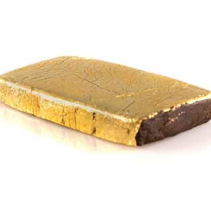 Eine Tablette von CBD Hasch mit Goldblatt