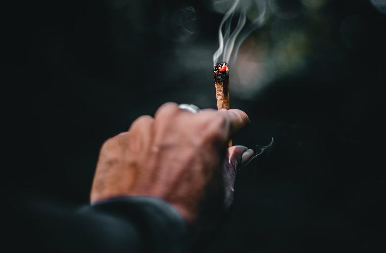 Ein Mexikaner, der Marihuana raucht