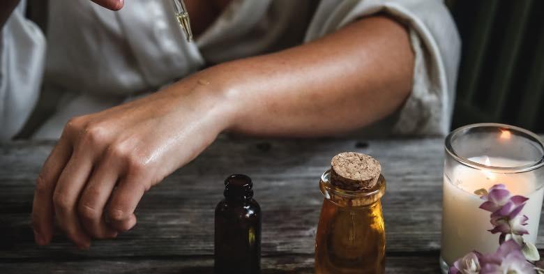 Person, die CBD-Öl wegen seiner Eigenschaften verwendet